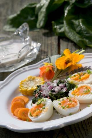 Blattspinat mit wachsweichen Eiern