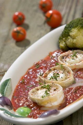 Überbackener Ziegenkäse auf Tomatensoße